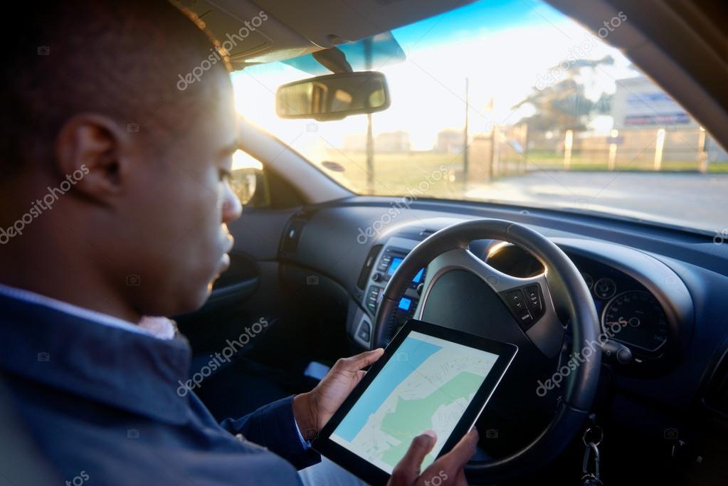 Man using GPS navigation on tablet — Stock Photo