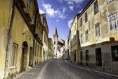 Prázdnou dlážděnou ulici v Znojmo, Česká republika