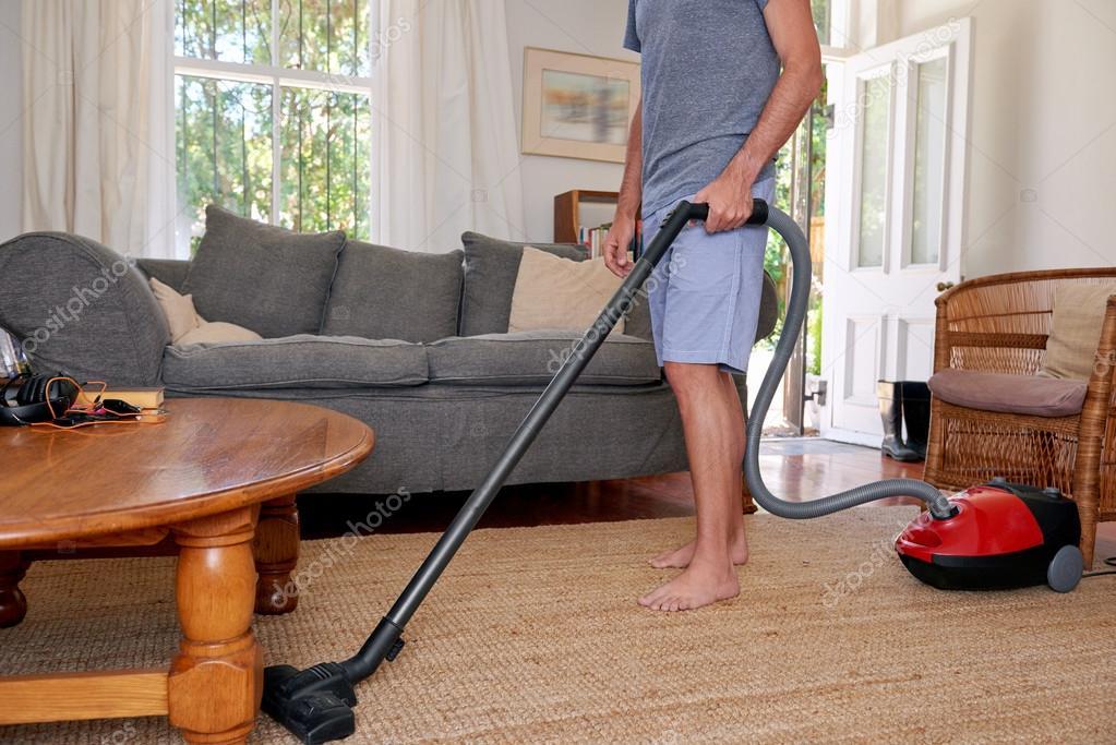 Homme la maison nettoyer l 39 aspirateur les tapis - La maison de l aspirateur ...
