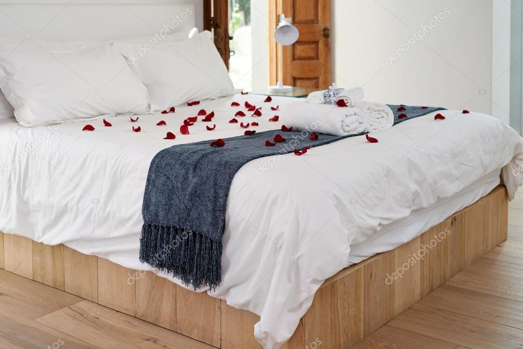 Camere Da Letto Romantiche Con Petali Di Rosa : Hotel camera letto con petali di rosa sparsi u foto stock