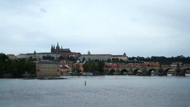 Pražský hrad a Karlův most v Praze přes řeku
