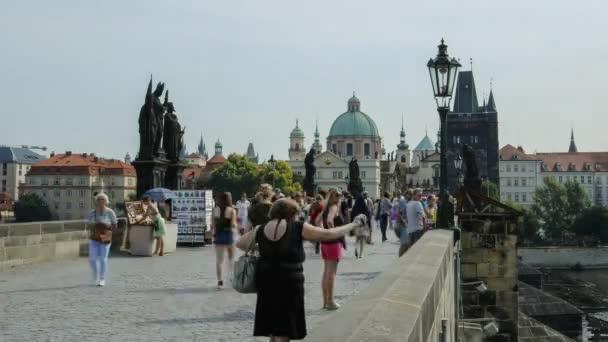 Časy lidí procházejících se po Karlově mostě v Praze