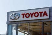 Logo Toyota na budově prodejny aut za slunečného dne - Toyota Motor Corporation je japonský výrobce automobilů.