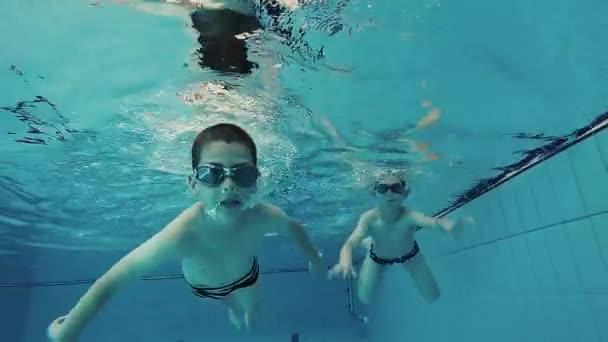 Bratři, plavání v bazénu