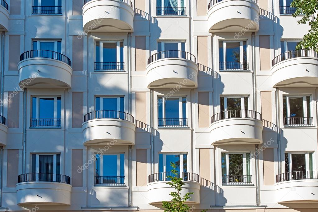 Moderne Fassade moderne fassade mit balkon stockfoto elxeneize 113692040