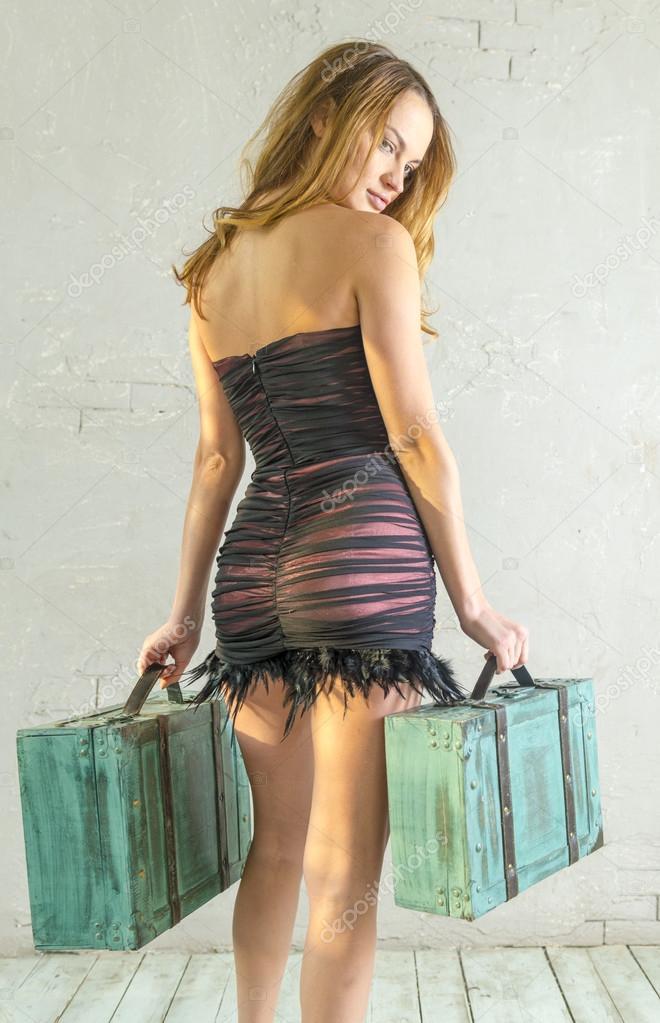 La chica la rubia de los vestidos ajustados cortos abiertos viene con dos  maletas - chicas con vestidos apretados — Foto de rogkoff — Foto de rogkoff 0cfb3f41b28f