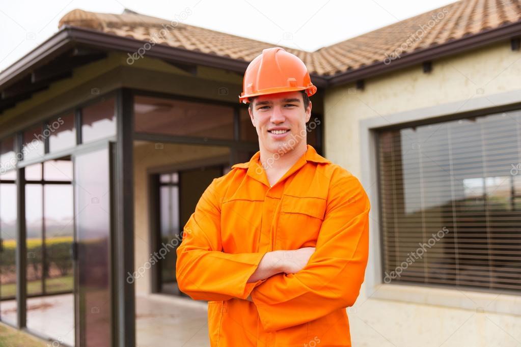 Operaio edile con braccia incrociate u foto stock michaeljung