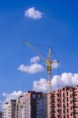 Konstrukce cihla výšková budova s jeřábem
