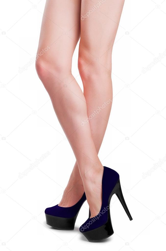 a9bb92c3ff7 Perfektní ženské nohy nosit vysoké podpatky izolovaných na bílém pozadí —  Fotografie od ...