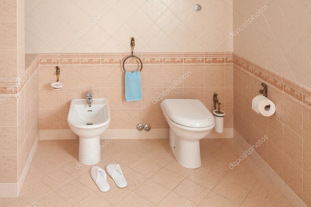 Bagno Di Casa Foto : Pantofole vicino bidet nel bagno di casa u foto stock