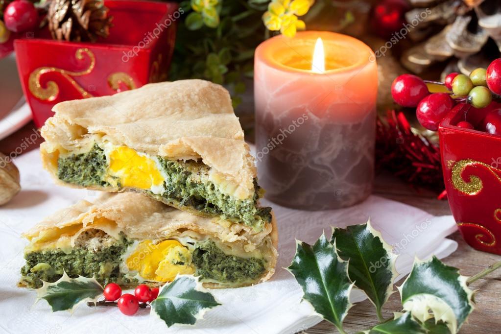 Decorazioni Torte Salate : Torta salata con le decorazioni di natale u2014 foto stock