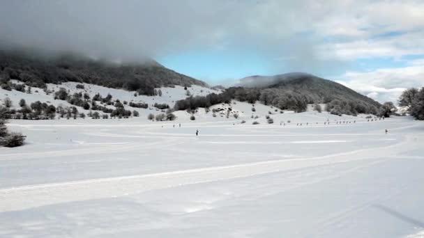Jeden soubor lyžaře a zimní krajina