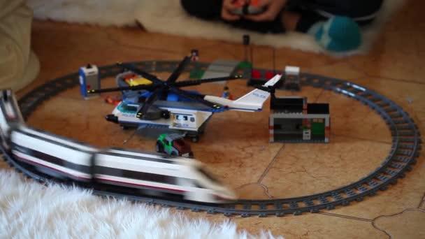 LEGO hračky vlaku a vrtulník