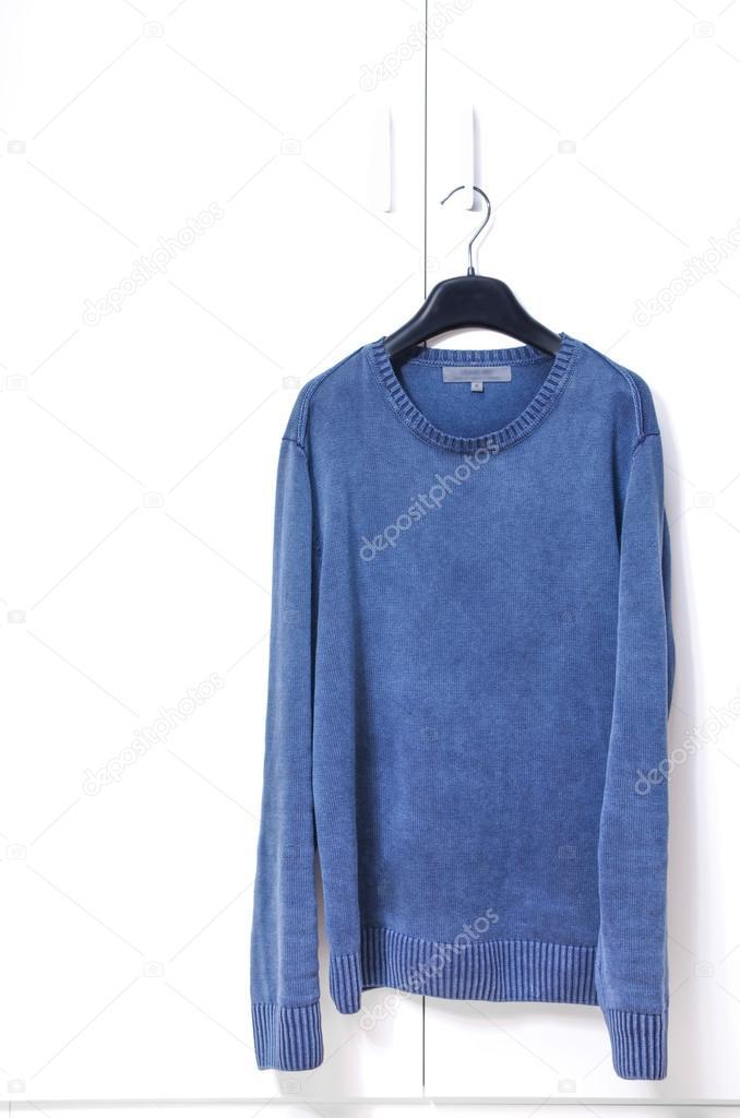 Witte Hang Legkast.Blauwe Warme Trui Hang On Witte Kast Deur Stockfoto C Bluneo 55883149