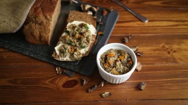 domácí vařené přírodní houbový kaviár ze sušených lesních hub
