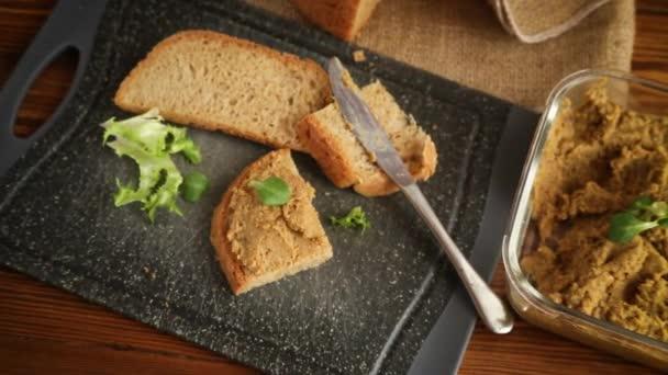 házi készítésű húspástétom házi készítésű kenyérrel fából készült asztalon