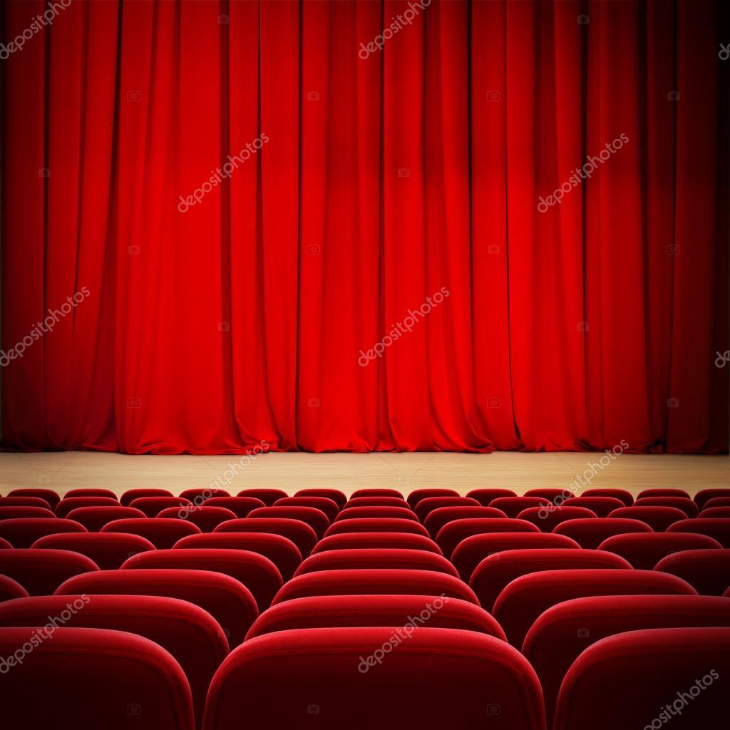 Rideaux De Théâtre Rouge Sur Scène Avec Sièges De Velours Rouge