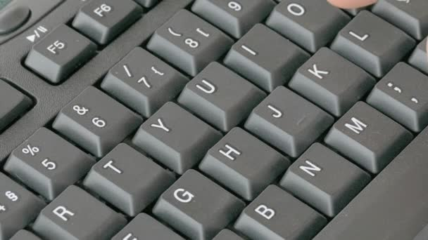Mann über Computertastatur eingeben