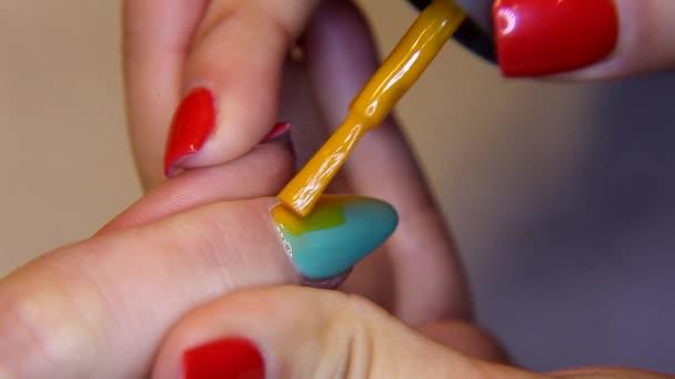 kosmetický salon, krásné nehty manikúra na straně