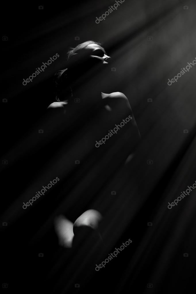 foto-golaya-v-temnote