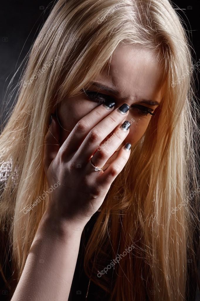 Fille Qui Pleure fille triste qui pleure — photographie lekcej © #117680948