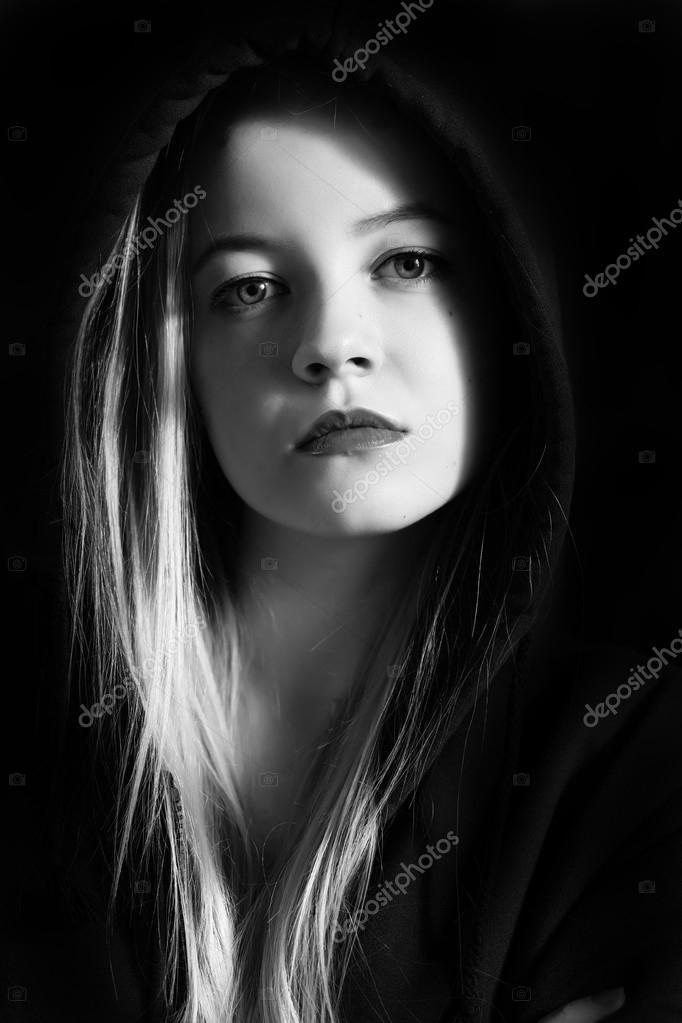 foto de Imágenes: mujeres pensativas mujer joven pensativa Foto de stock © lekcej #72670843
