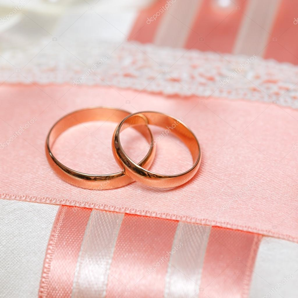 Wedding gold rings bride and groom on decorative pillow. — Stock ...