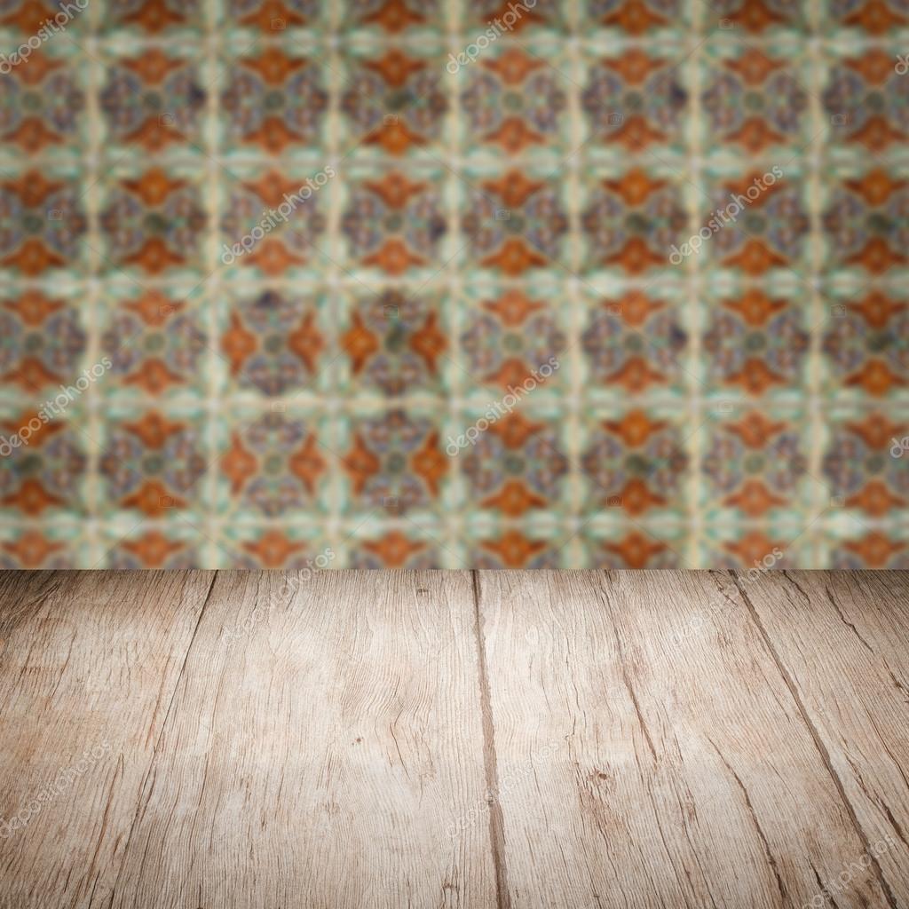 Tischplatte Holz Und Fliesen Wand Verwischen Stockfoto