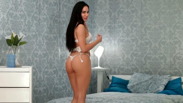 Sexy brunetka žena na sobě spodní prádlo