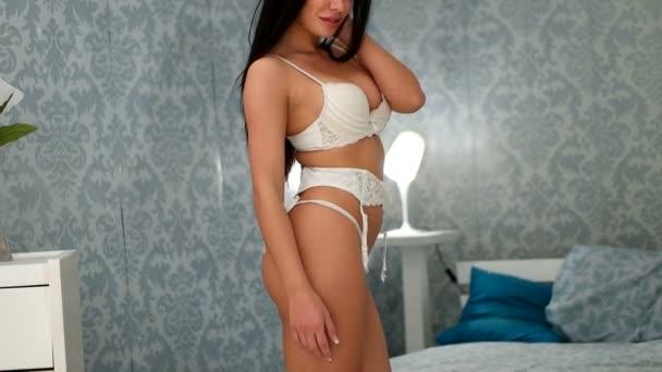 sexy bruneta žena nosí spodní prádlo