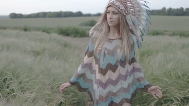 Ureinwohnerin indisch aussehende schöne Frau, die morgens in Zeitlupe auf das Feld läuft.