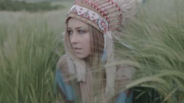 Nahaufnahme einer indianischen Ureinwohnerin, die im Feld schön aussieht.