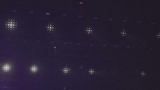 Closeup fázi disco světla v klubu. Reflektory svítí jasně a zapnutí a vypnutí