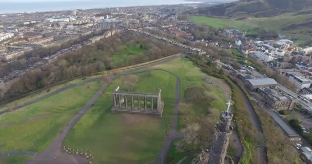 Anténa: Pohled na město Edinburgh nad Calton Hill ve Skotsku
