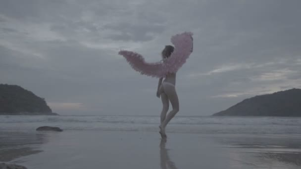 schöne Engelsfrau mit rosa Flügeln