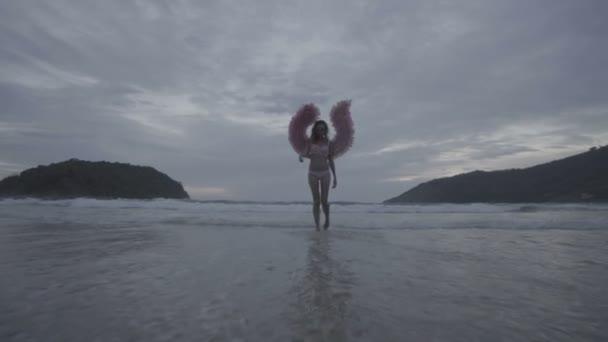 Krásný anděl žena s křídly růžová
