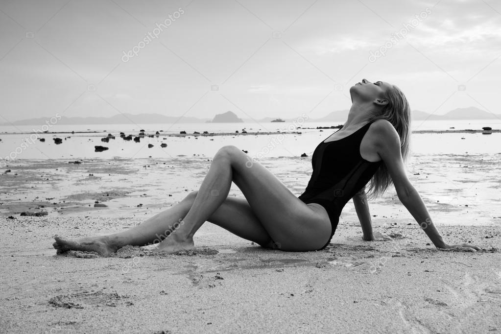 Resultado de imagem para mulher deitada na areia da praia a preto e branco