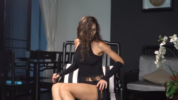 Krásná svůdná brunetka žena v luxusní vile