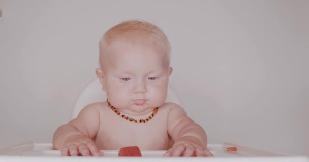 Roztomilé děťátko se koupe