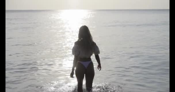 sexy žena na tropické pláži