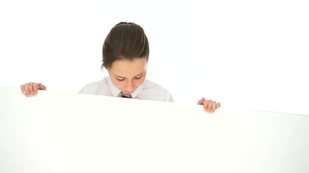 s úsměvem mladá dívka drží prázdná bílá transparent
