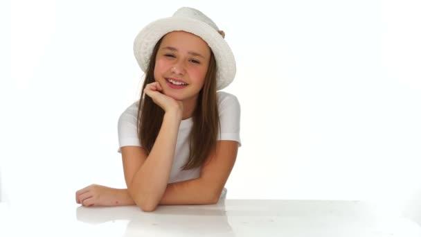 gondolkodó fiatal lány, egy aranyos kalap