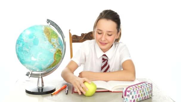 boldog egészséges fiatal lány eszik almát osztály