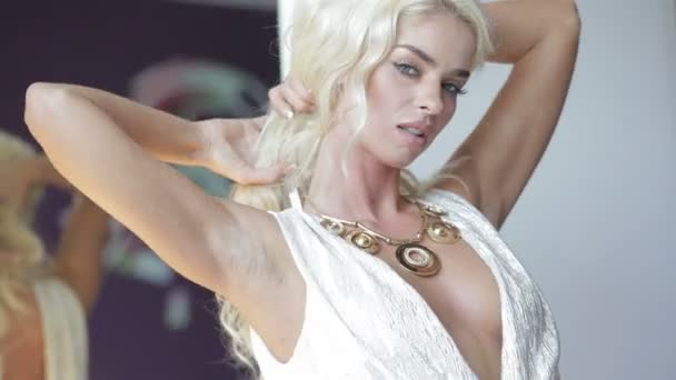 attraktive kokette blonde Frau