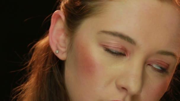 Nádherná mladá žena s lehký Make-up
