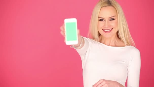 Atraktivní žena zobrazení prázdné mobilní telefon
