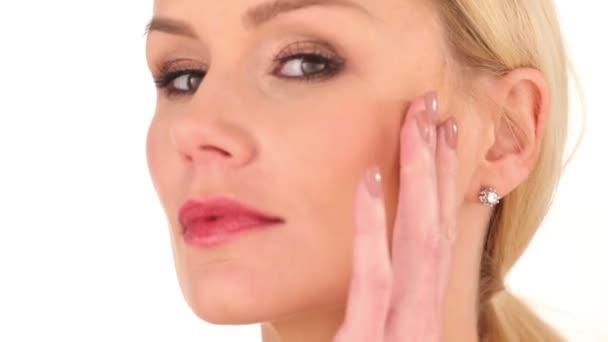 Zblízka vážná tvář ženy