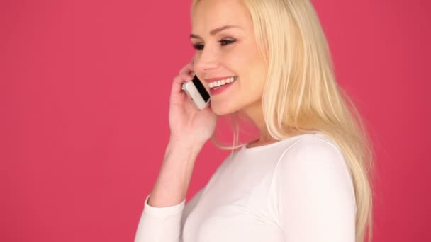 Glückliche Frau im Chat auf ihrem Handy