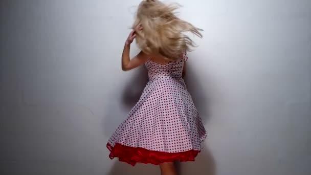 Blondýnka v bočním pohledu v růžové šaty