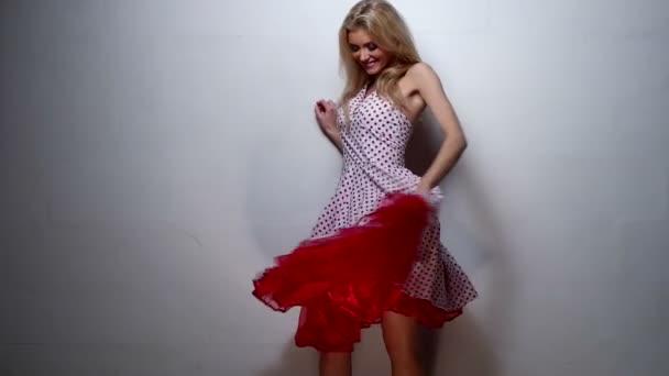 Vörös, rózsaszín koktél ruha csinos szőke nő